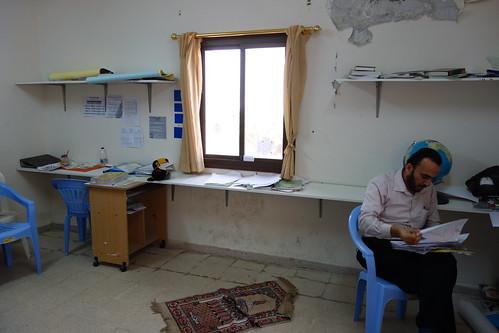 Au sommet du bâtiment, une salle des professeurs assez austère.