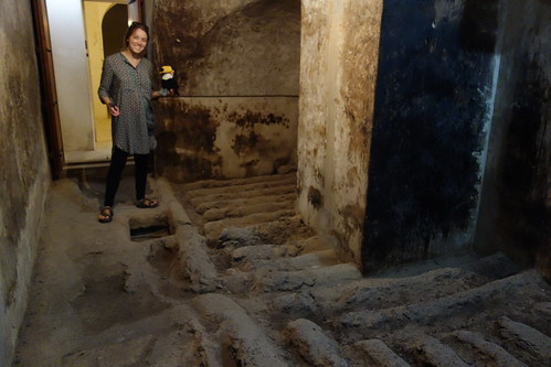 Au sous-sol, on pouvait entasser des sacs de dattes pour tenir un siège. Le jus de dattes était récolté.