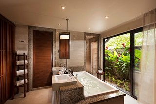 Constance Ephelia-Junior Suite bathroom
