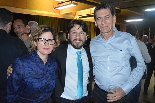 Elvira Nascimento e Mário Carvalho Neto ladeiam o prefeito de Timóteo, Douglas Wilkins