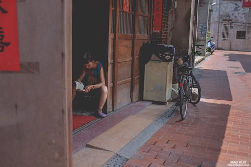 炎熱的午後,老太太拿著一本書坐在門口乘涼解悶,這是老街上最不突兀的畫面。