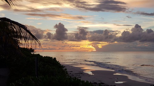 bahamas sunset samsunggalaxys9plus beach clouds (Photo: Daniel Piraino on Flickr)