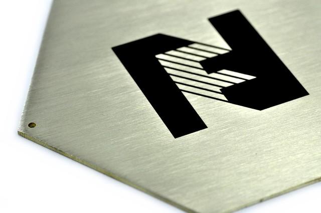 nietypowy kształt tablicy z mosiądzu, grawerowan laserowo