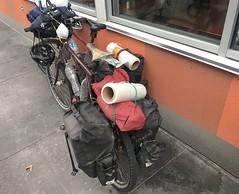 Wir haben Folie fürs Einpacken der Fahrräder gekauft. So können wir super zum Flughafen radeln und dort die Fahrräder einpacken. Mit einer Kartonschachtel wäre dies nicht möglich!