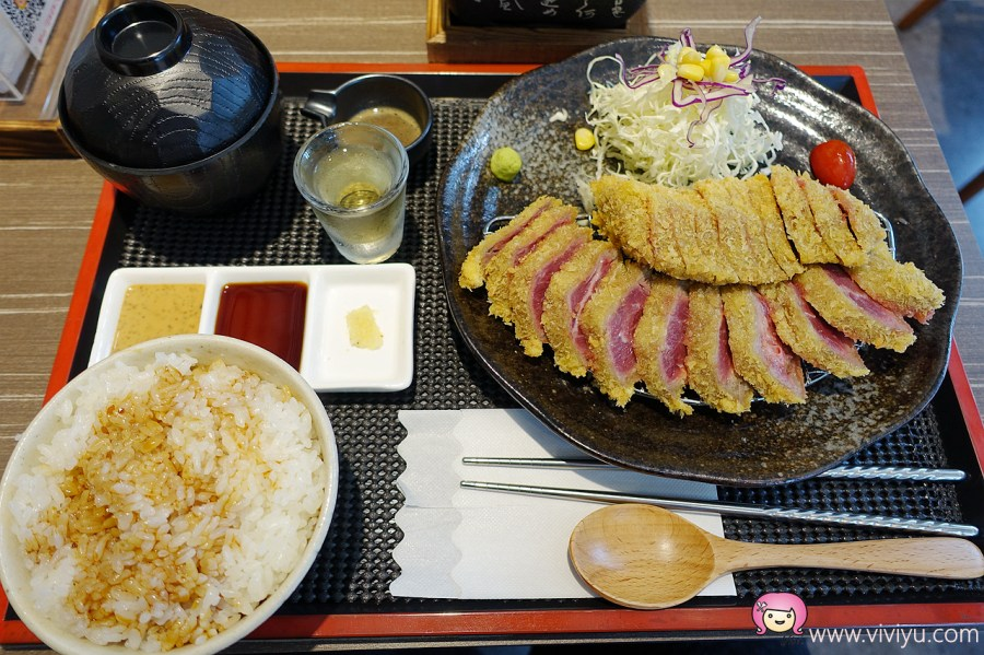 (關門大吉)[桃園美食]丼Fun「日本式丼ご飯」桃園店~炸牛排自行掌控熟度.在石板上煎牛排.桃園農工正對面 @VIVIYU小世界