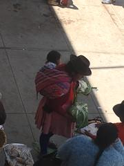 Typisches Bild: Frau mit Kind auf dem Rücken im Tuch.