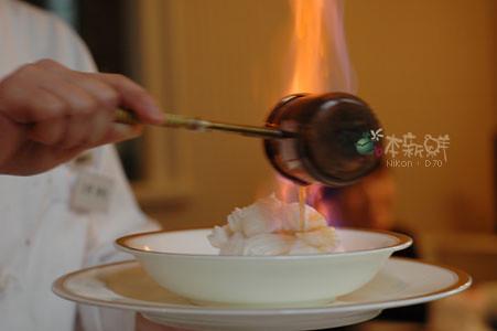 起了火焰的 rum ,淋在蛋糕上。