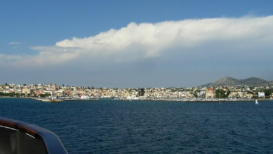 vista Isla de Egina desde el Mar Egeo en Golfo Saronico Grecia 02