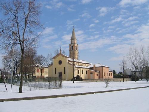 Chiesa di Camino sotto la neve