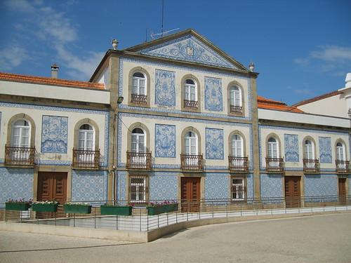 Azulejos bleus sur la facade d'un bâtiment au Portugal