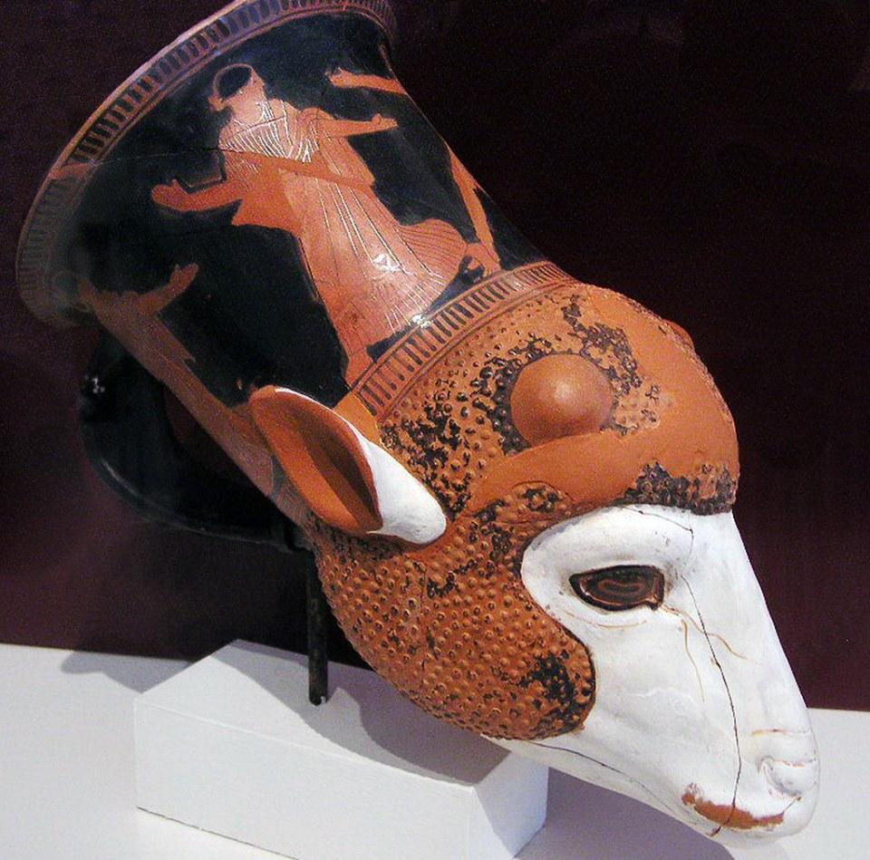 Ritón o rhyton, cabeza de cordero, figuras rojas, ceramica Museo Arqueologico Nacional de Atenas Grecia 156