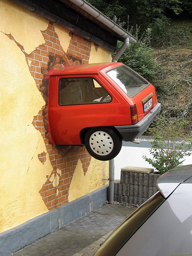 Auto in Wand - Car in the wall por wupperhippo