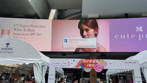 ป้าย LED โฆษณาที่สยามสแควร์วัน มีแจ้งเตือนว่าใช้ซอฟต์แวร์ฟรีแต่ไม่ได้จ่ายค่าไลเซ่นส์เมื่อใช้เพื่อการค้า