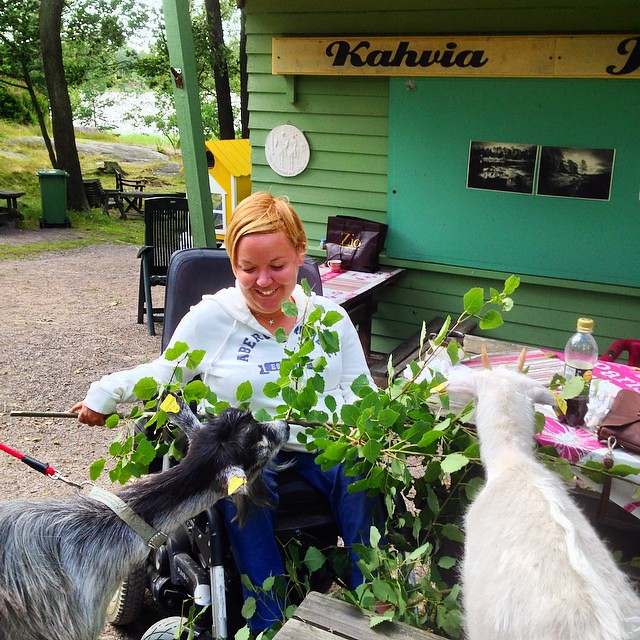 Funniest coffeebreak for a while with dear friend and new goat friends! #kivinokka is very beautiful naturearea in Helsinki and accessible for the wheelchairs. #accessiblehelsinki #visithelsinki #maijankahvila #vuohi #goat #esteetönmatkailu #accessibletra