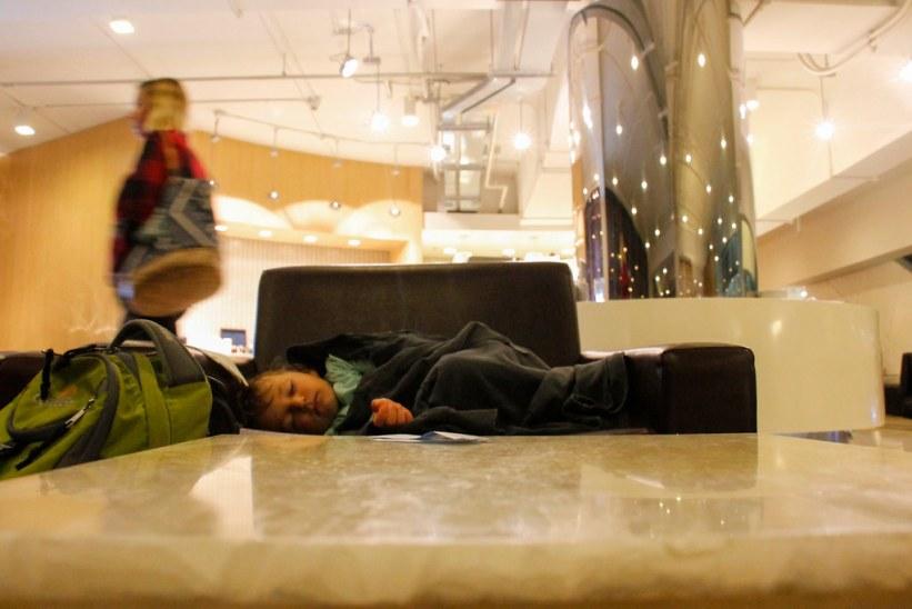 en nat i en airport lounge