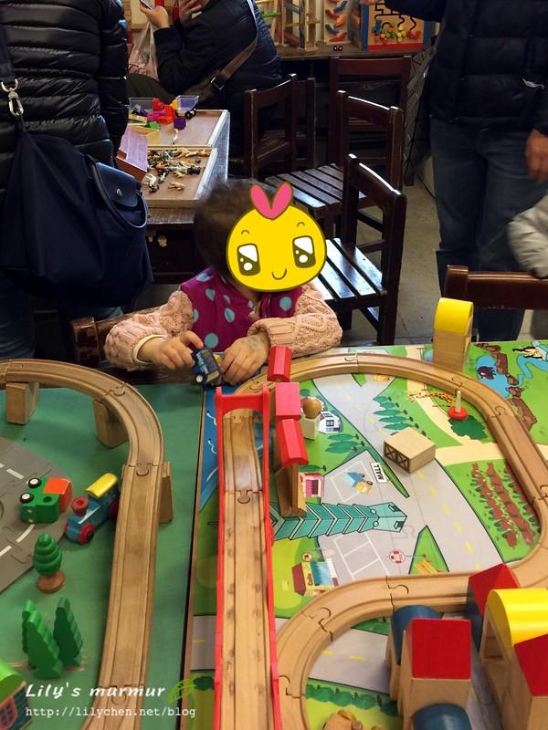 圖說:木製軌道車系列,這區很多小男孩很愛。