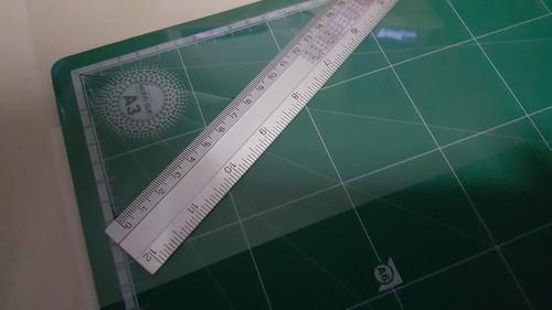 ถ้าไม่มีไม้ครึ่งวงกลมวัดองศา ก็ต้องหาอะไรมาบอกเราว่าตรงไหนคือ 60 องศา เช่นกรณีผมใช้แผ่นรองตัด