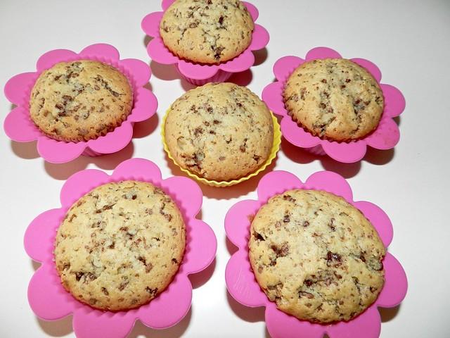 muffin con gocce di cioccolato negli stampi di silicone
