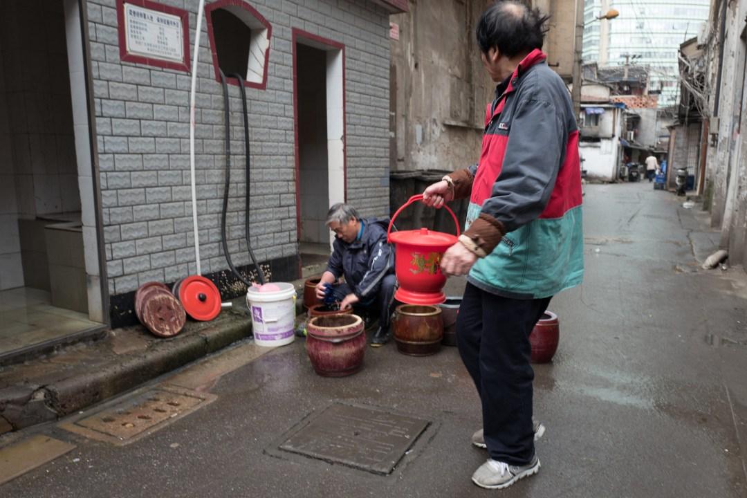 傳統小弄堂裡的房子很多是沒有廁所的,所以居民要把屎尿集中拿出來傾倒
