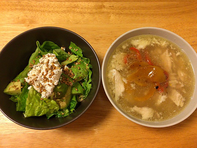 鶏スープとアボカドサラダ
