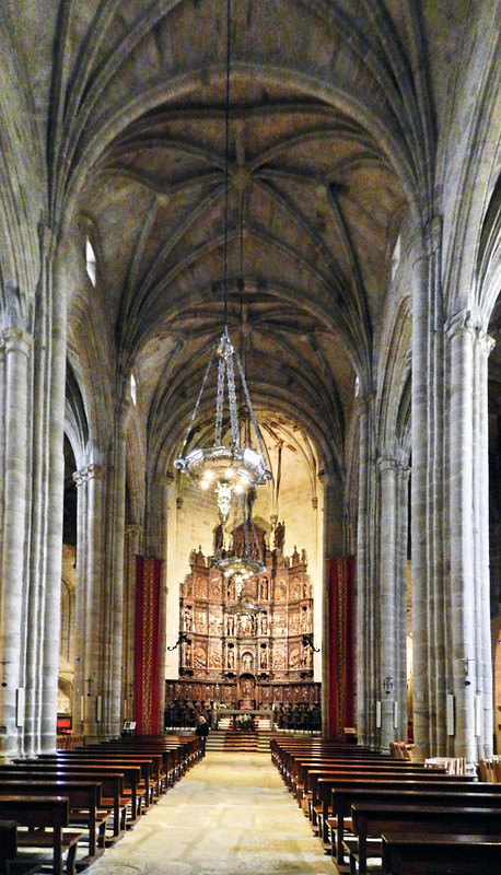 Nave central y Retablo mayor interior Concatedral de Santa Maria Plaza de Santa Maria Caceres