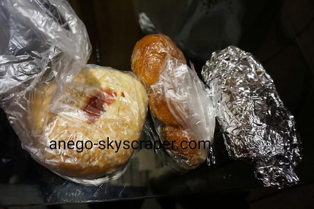 エアポートホテルの室内で、日本から持ってきたパンを食べた