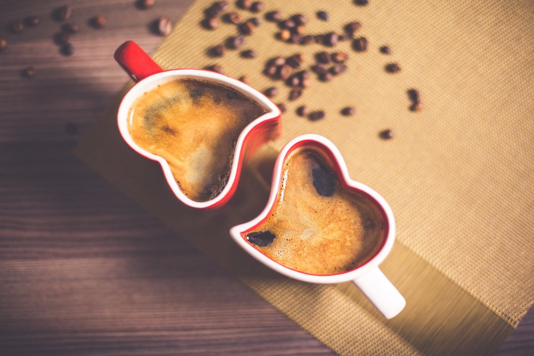 Imagen gratis de dos tazas de cafe con forma de corazón