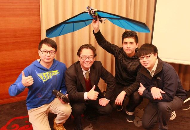 20160225元智學生研發仿生機器鳥元智學生研發仿生機器鳥-吳其原、吳志揚校長、黃于修、林杰民(由左至右)