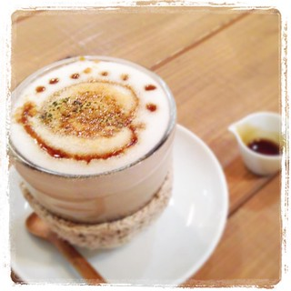 「ほうじ茶豆乳きなこラテ」 昨日の #coucou さんでのスマホ講座にて、お食事後のドリンク♪ 美味しくて楽しくて、心も温まる空間でした♪ 企画のcoucouさん、ご参加の皆さん、ありがとうございました。 埼玉坂戸の素敵カフェ。お近くの方ぜひ行ってみてくださいね。 #カフェ #ほうじ茶ラテ #坂戸 #スマホ講座 #インスタ活用講座 2部構成で開催しました♪ #わかば工房 #wakabakobo #写真講座 #カメラレッスン #写真ワークショップ