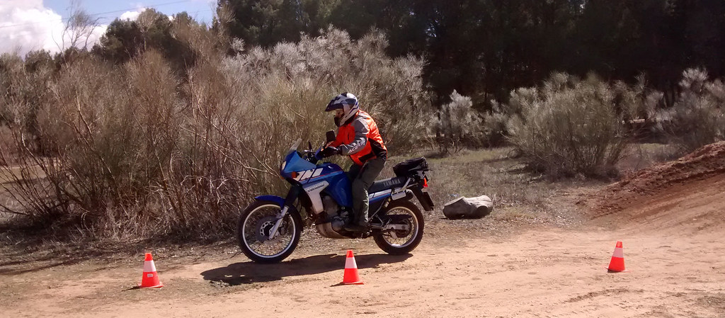 Poniendo en práctica lo aprendido en el curso de conducción de la Escuela Maxi Trail Montealegre, Toledo