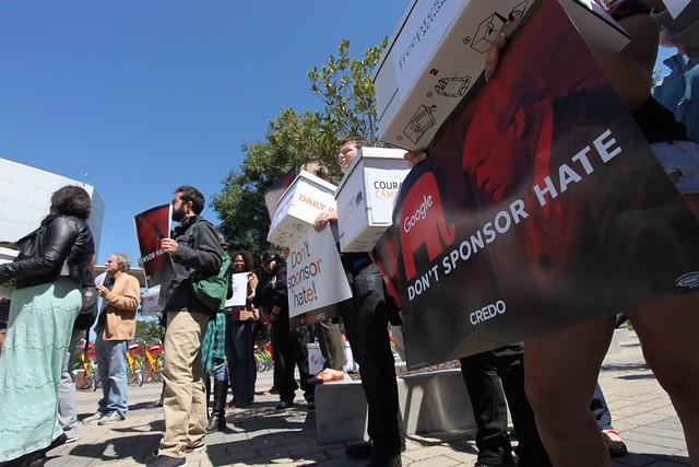 #DumpTrump: 500,000 petition signatures delivered to Google