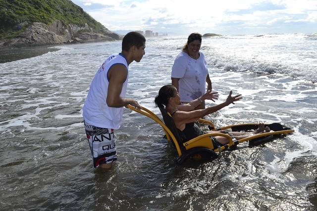 Pacientes do Centro de Reabilitação participam do Programa Praia Acessível