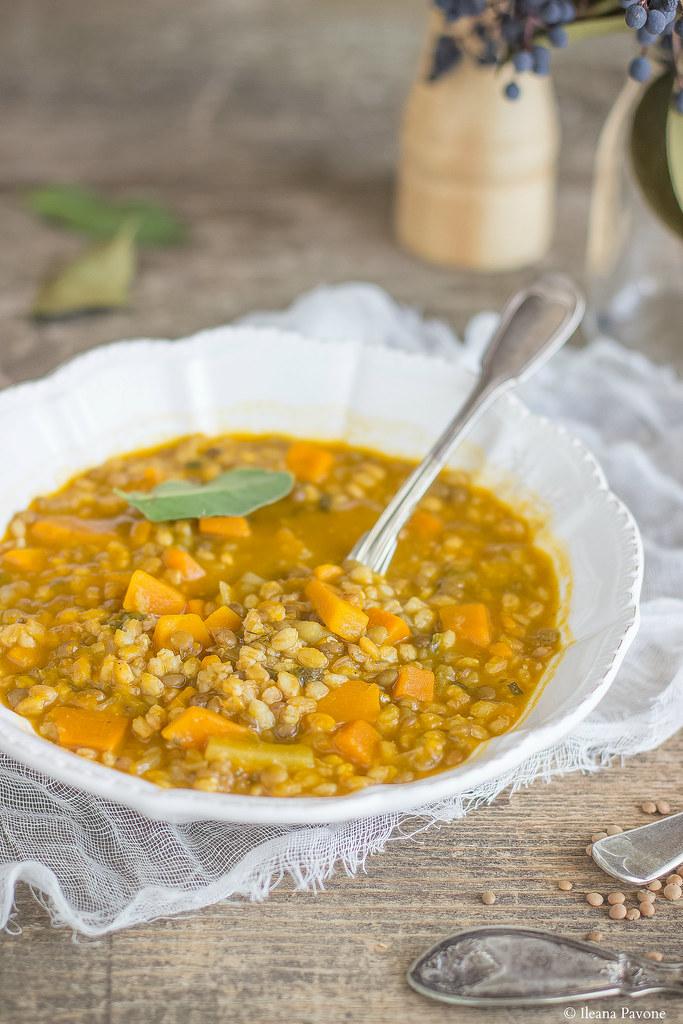 Zuppa di farro con zucca e lenticchie