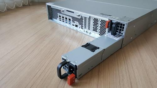 ตัว Power Supply ของ QNAP TVS-EC1580MU-SAS-RP มีมาให้สองชุด เป็นแบบ Hot Swap