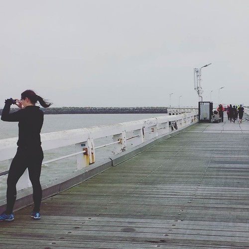 Second activity at Oostende, the Run Blogger Run. At the left there is @lies_oon taking pictures (of course) and at the right you see the runners fighting g against the wind. Thanks @heidi_vdb for the organisation. #visitoostende #runbloggersrun #runblogg
