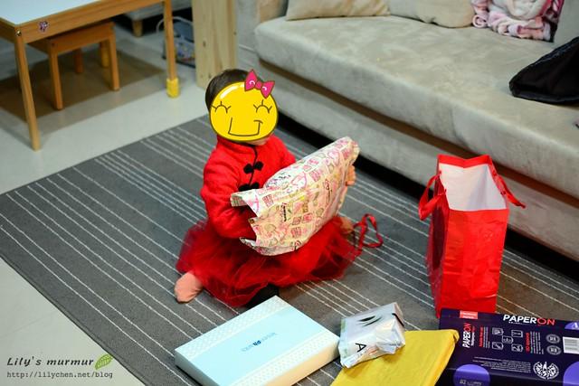 看你期待又開心的拆著一個個給你的禮物,幸福的孩子啊!