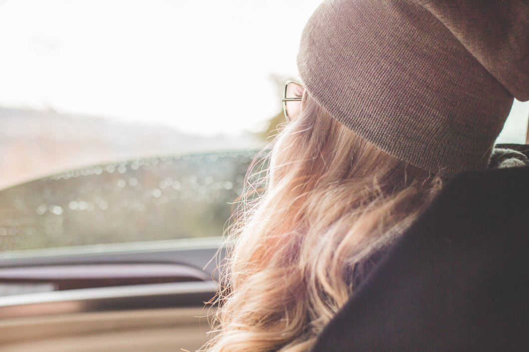Imagen gratis de una chica en un coche