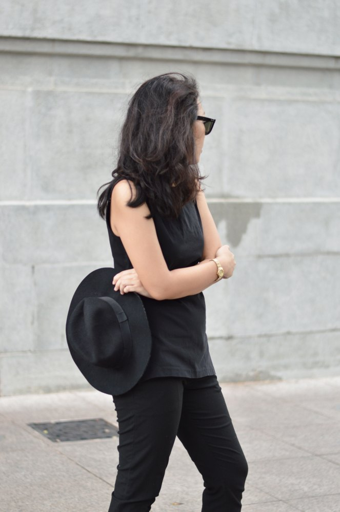 outfit, sleeveless structured blouse, black fedora hat, ray ban wayfarer