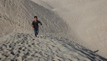 abang long mendaki dune pasir