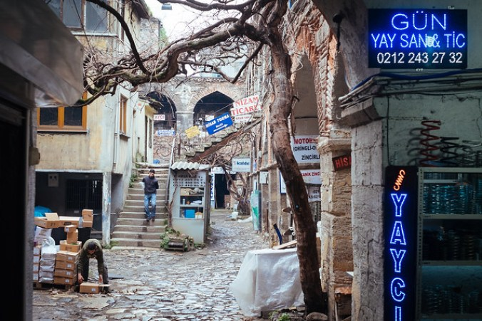 Istanbul: oude han, een binnenplaats met arcaden in meerdere verdiepingen waar handelaren vroeger de kamelen kon afspannen, hun waren konden verhandelen en konden overnachten (Beyoglu)