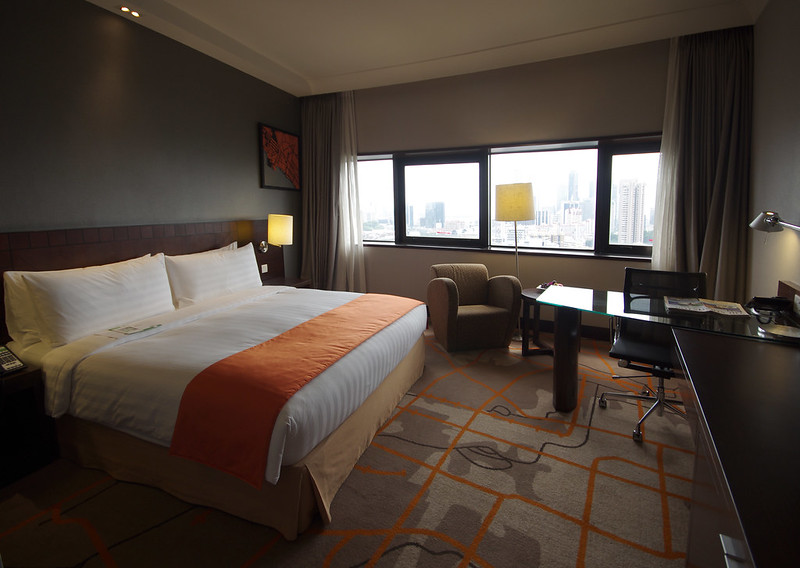 king bed and work desk - executive room at holiday inn singapore atrium