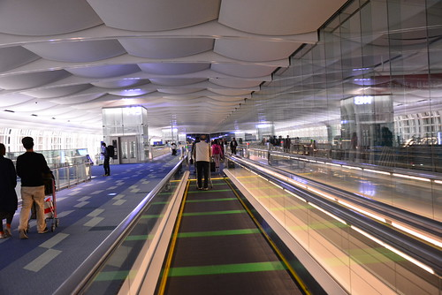 羽田国際空港搭乗口に向かう