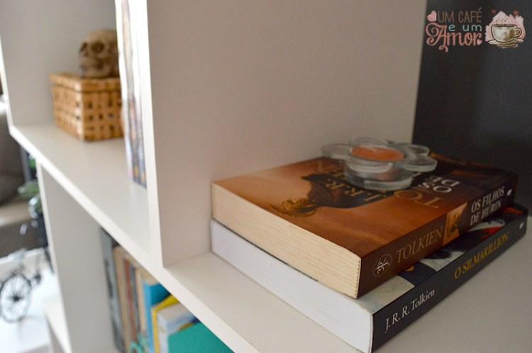 Decoração Estante de Livros e Mesa de Canto