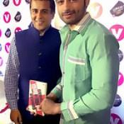 Chetan Bhagat and Jaey Gajera together at Channel V 'Gumrah' Book Launch.   LIVE : Instagram.com/JaeyGajera  #GumrahBook #Gumrah #IraTrivedi #JaeyGajera #ChannelV #ChetanBhagat — at Bandra, Mumbai..