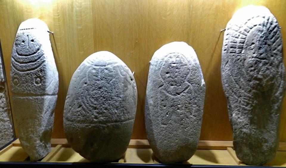 Bloque de granito grabado idolo antropomorfo Edad de Bronce Casa de las Veletas Museo Provincial Caceres 05
