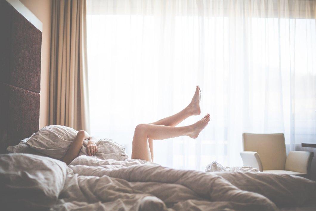Imagen gratis de una chica en la cama