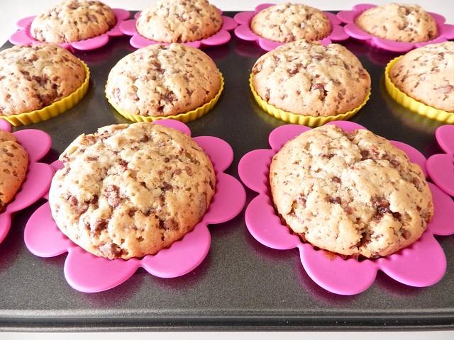 muffin con gocce di cioccolato dell'uovo di pasqua