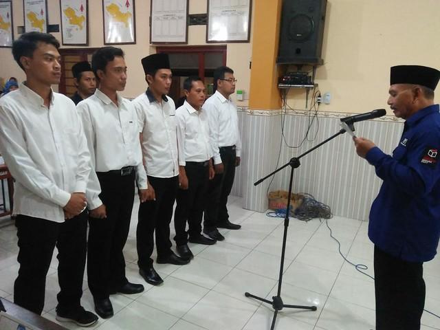 Ketua PPS saat melantik Seluruh Ketua KPPS dan Anggota KPPS (30/5)