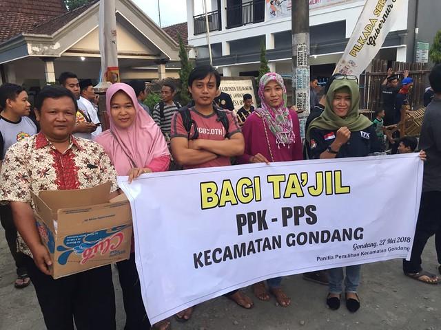 Anggota PPK dan PPS se Kecamatan Gondang saat membagi-bagikan tajil di depan Balai Desa Gondang (27/5)