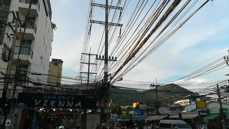 Cables por un tubo en Patong